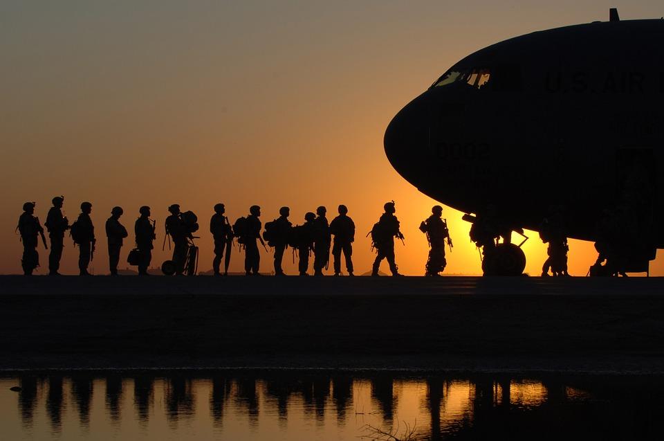 Afghanistan: la storia dell'intervento militare, le origini del ritiro, i rischi della crisi